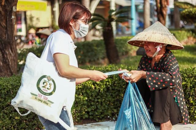 Trung Sơn Pharma tặng 100.000 khẩu trang cho người nghèo - Ảnh 1.