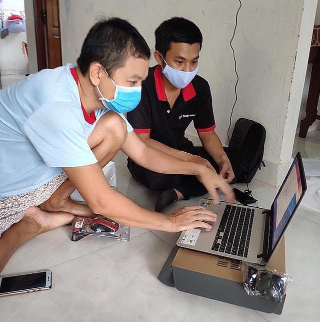 FPT Shop mạnh tay giảm giá hàng loạt laptop, tặng thêm combo làm việc tại nhà mùa Covid - Ảnh 1.