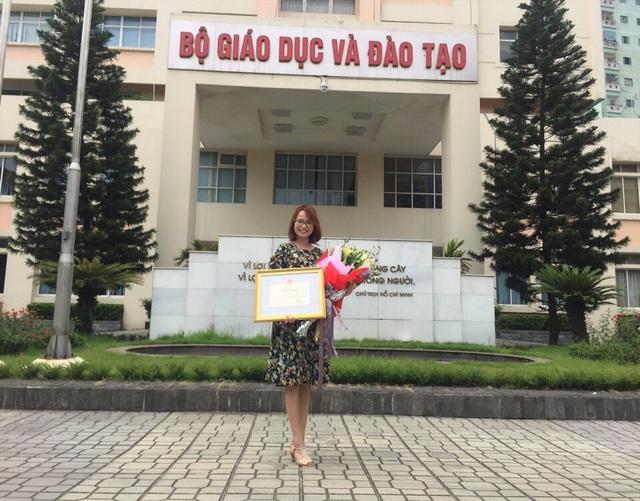 Nữ giáo viên dạy tiếng Anh hết lòng vì sự nghiệp trồng người - Ảnh 2.