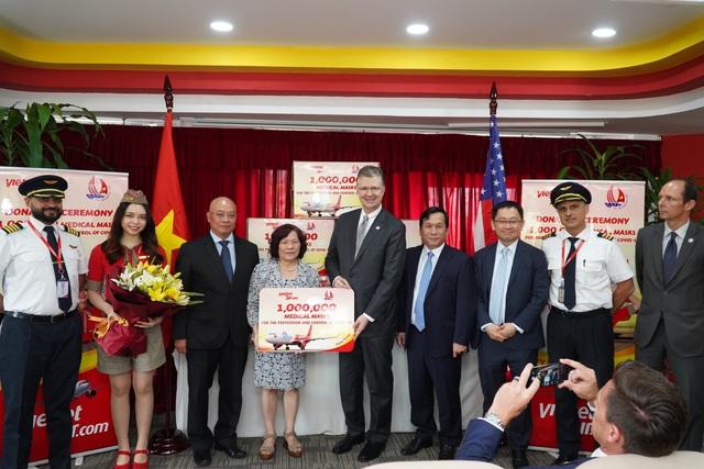 Khẩu trang Việt Nam đã được trao tận tay người dân Mỹ và châu Âu thế nào? - Ảnh 4.