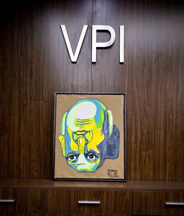 """""""Nghệ thuật đảo ngược"""" từ phòng tranh triển lãm đến ý nghĩa cuộc sống - Ảnh 1."""