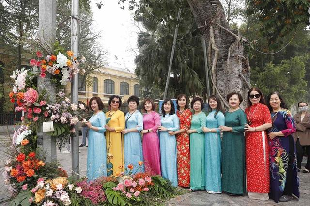 """Hơn 100 cột đèn """"nở hoa"""" giữa trung tâm Hà Nội - Ảnh 1."""