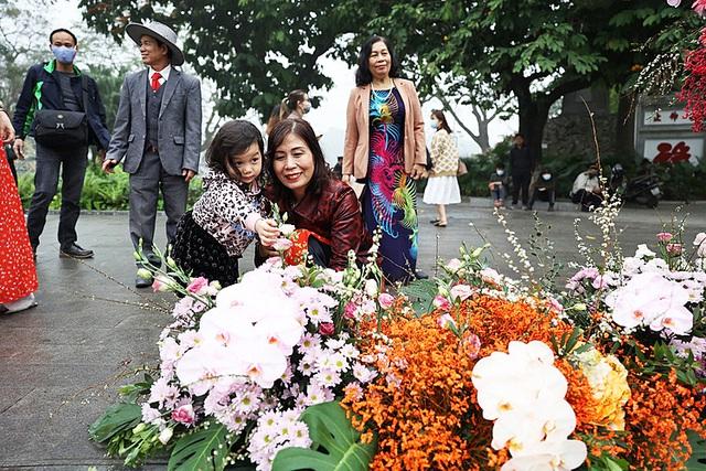 """Hơn 100 cột đèn """"nở hoa"""" giữa trung tâm Hà Nội - Ảnh 2."""