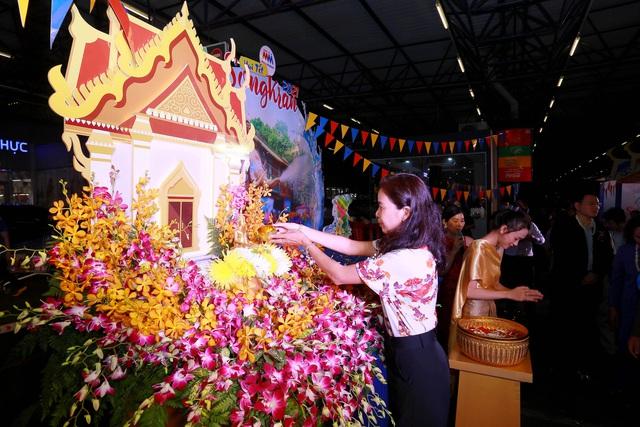 """Lễ hội """"Vui Tết Songkran"""" tại MM Mega Market: Trải nghiệm văn hóa và hàng hóa Thái Lan - Ảnh 2."""