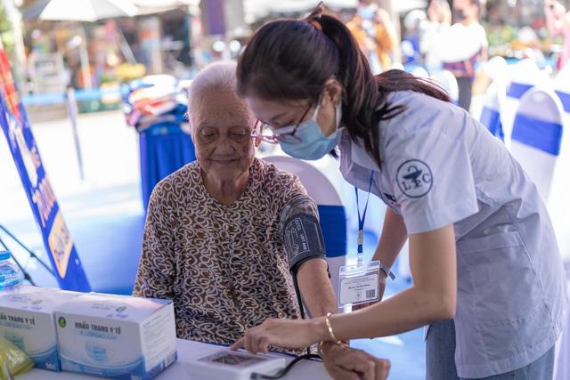 FPT Long Châu trao tặng miễn phí 210.000 ngày thuốc và 140 tấn gạo trên toàn quốc - Ảnh 3.