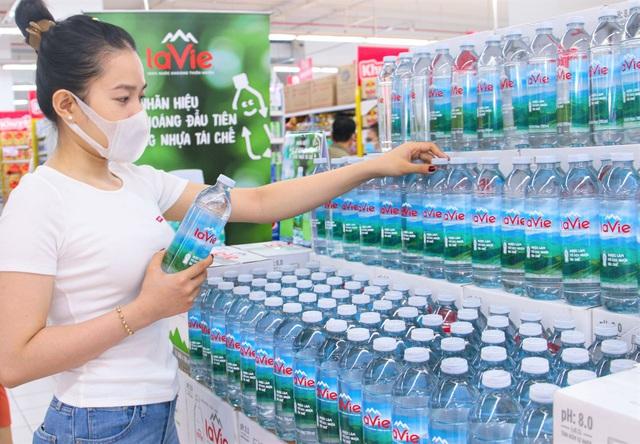 Xu hướng tiêu dùng xanh: gen Z chuộng chai làm từ nhựa tái chế - Ảnh 1.