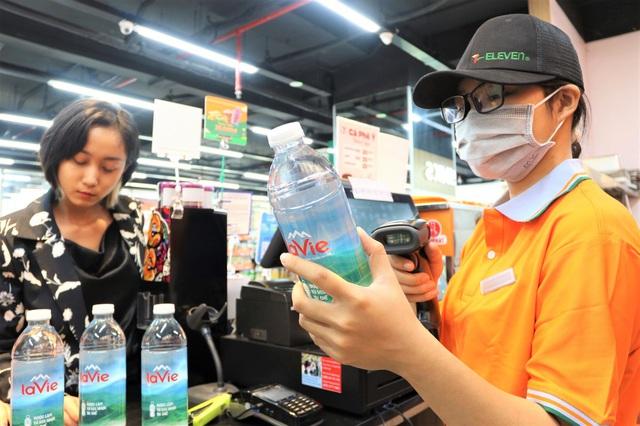 Xu hướng tiêu dùng xanh: gen Z chuộng chai làm từ nhựa tái chế - Ảnh 2.
