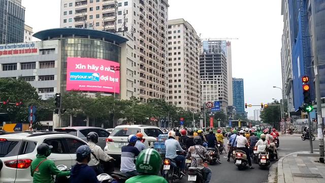 Mytour.vn khuyến khích người dân ở nhà bằng những màn hình LED khắp Hà Nội - Ảnh 3.
