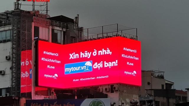 Mytour.vn khuyến khích người dân ở nhà bằng những màn hình LED khắp Hà Nội - Ảnh 2.