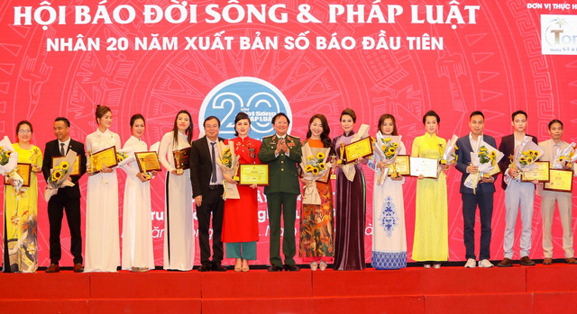 Doanh nhân Lan Ngô- CEO Dr.Lamy nhận cup danh hiệu top 100 Thương hiệu sản phẩm uy tín chất lượng - Ảnh 1.