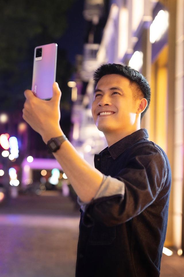 """Mặc trời tối thui, các YouTuber nổi tiếng Giang Ơi, Chan La Cà… vẫn chụp hình cực xịn nhờ """"siêu phẩm selfie"""" này - ảnh 3"""