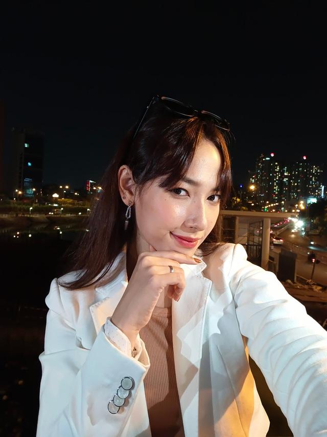 """Mặc trời tối thui, các YouTuber nổi tiếng Giang Ơi, Chan La Cà… vẫn chụp hình cực xịn nhờ """"siêu phẩm selfie"""" này - ảnh 6"""