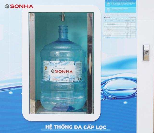 Nước uống đóng bình, đóng chai không rõ nguồn gốc và hệ lụy - Ảnh 1.