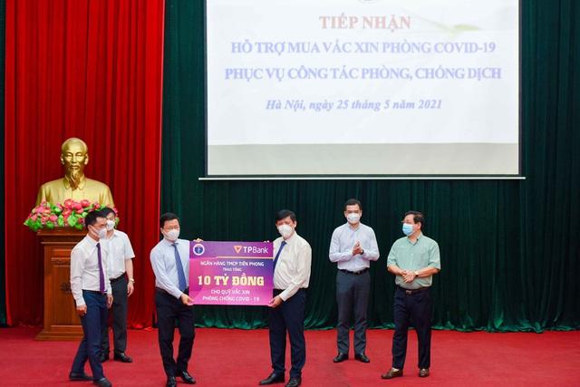 Hai doanh nghiệp của ông Đỗ Minh Phú trao tặng 20 tỷ đồng vào Quỹ Vaccine phòng Covid -19 - Ảnh 2.