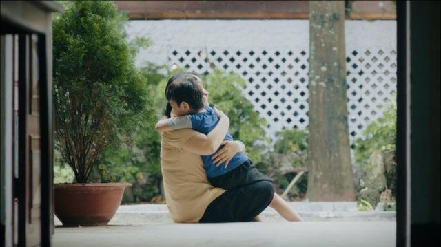 Xem MV này đi, đảm bảo bạn sẽ trở về ôm mẹ ngay thôi - ảnh 1