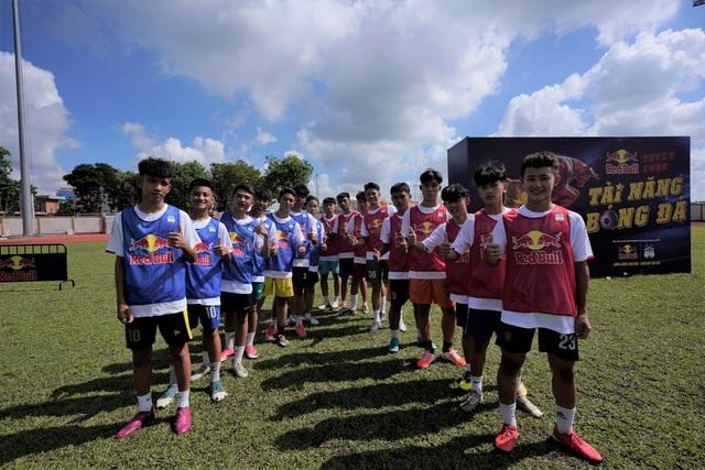 Hàng trăm cầu thủ trẻ Tiền Giang bật nội lực, chinh phục đam mê bóng đá ở vòng sơ tuyển - ảnh 1
