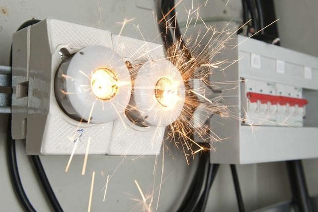 Những tình huống khó ngờ khiến nguồn điện mất an toàn, gây hỏng thiết bị và cách khắc phục - Ảnh 1.