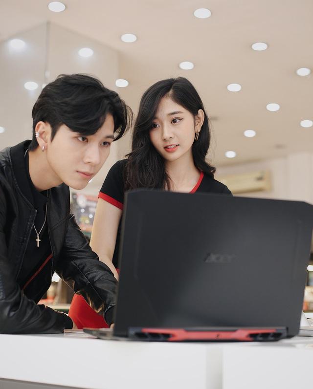 FPT Shop giảm đến 2,4 triệu đồng cho hàng loạt laptop gaming, tặng combo phụ kiện làm việc tại nhà - Ảnh 1.