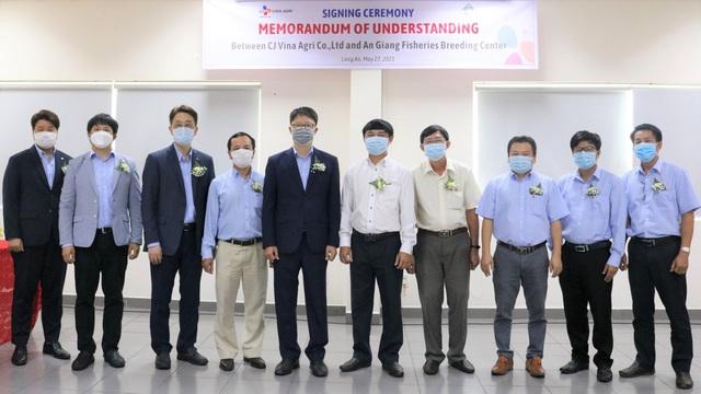 Lễ ký kết hợp tác giữa CJ Vina Agri và Trung tâm giống thủy sản An Giang - Ảnh 1.
