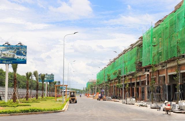 Dãy shophouse mặt tiền đường ĐT 769 của Century City đang được đẩy nhanh tiến độ xây dựng, sẵn sàng bàn giao cho khách hàng.