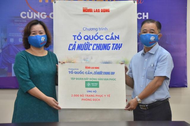 Van Phuc Group ủng hộ 100 tấn gạo, 2.000 quần áo bảo hộ chống dịch Covid-19 - Ảnh 1.
