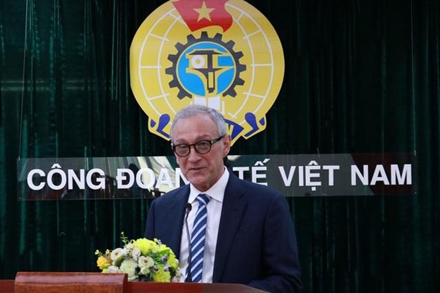 Bác sĩ thẩm mỹ người Mỹ ủng hộ  quỹ Vaccine Covid-19 của Việt Nam - Ảnh 1.