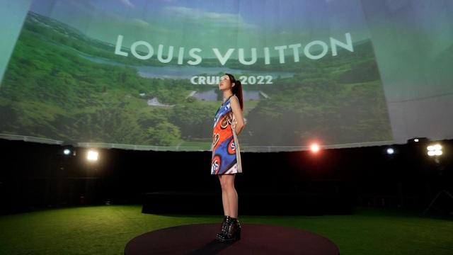 Chloe Nguyễn xem show Louis Vuitton tại nhà theo cách độc nhất vô nhị khiến ai cũng phải thốt lên: Đỉnh quá chị ơi! - ảnh 2
