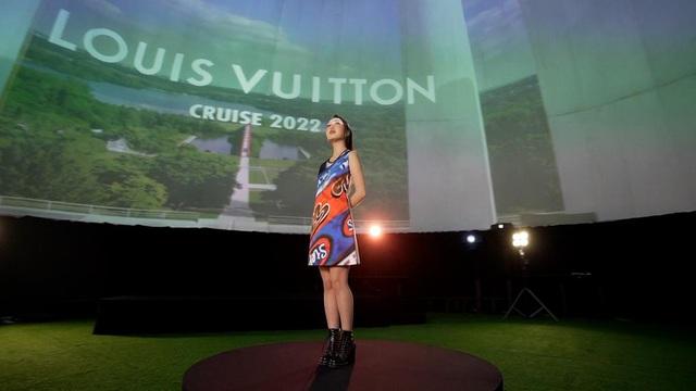Chloe Nguyễn xem show Louis Vuitton tại nhà theo cách độc nhất vô nhị khiến ai cũng phải thốt lên: Đỉnh quá chị ơi! - ảnh 3