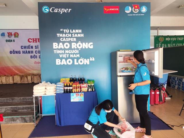 Hàng nghìn người Sài Gòn nhận thực phẩm từ tủ lạnh Thạch Sanh - Ảnh 2.