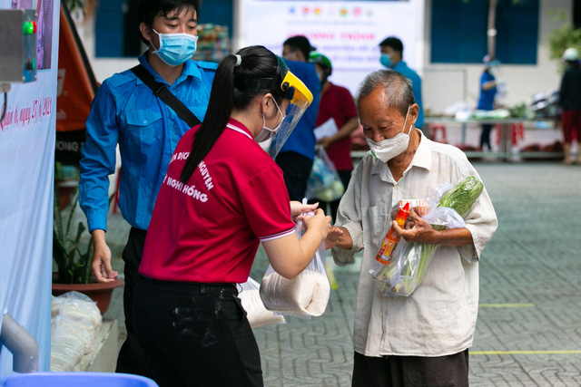 Hàng nghìn người Sài Gòn nhận thực phẩm từ tủ lạnh Thạch Sanh - Ảnh 3.