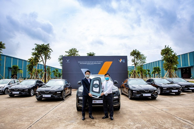 VinFast bàn giao 18 xe Lux cho Công ty Gang thép VAS Nghi Sơn - Ảnh 1.