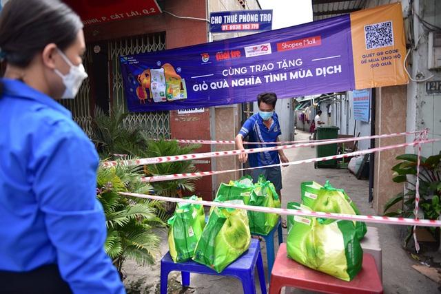 2.000 giỏ quà nghĩa tình đã đến tay những người có hoàn cảnh khó khăn tại TP.HCM - Ảnh 1.