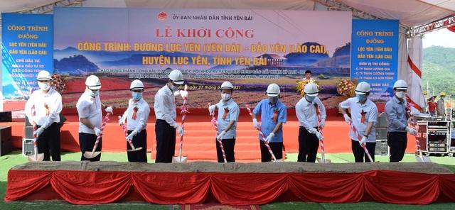 Lãnh đạo tỉnh và các đại biểu thực hiện nghi thức động thổ khởi công công trình đường Lục Yên (Yên Bái) - Bảo Yên (Lào Cai)