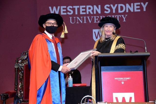 ĐH Western Sydney trao bằng Tiến sĩ danh dự cho TS Lý Quí Trung - Ảnh 1.