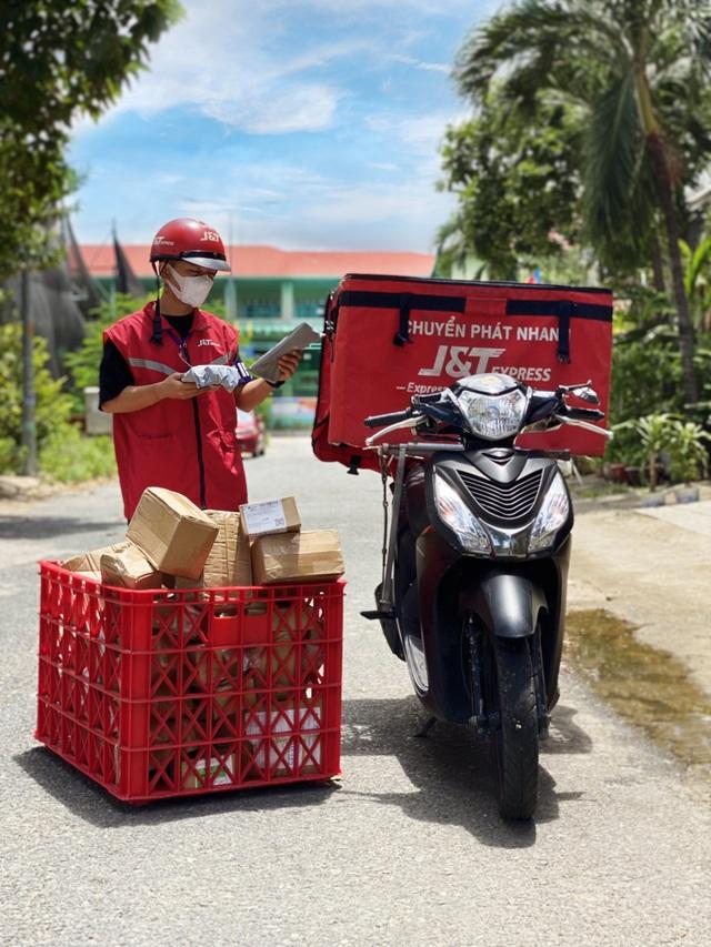 Tại TP.HCM, shipper tuân thủ các quy định nhận diện được phép di chuyển liên quận - Ảnh 3.