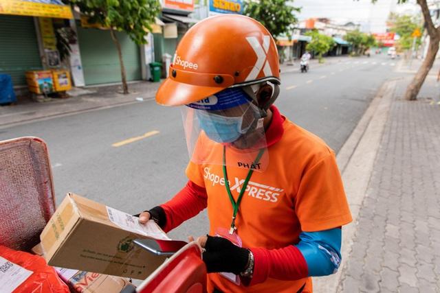 Shopee nỗ lực giao hàng trong giãn cách tại TP HCM và các khu vực - Ảnh 1.