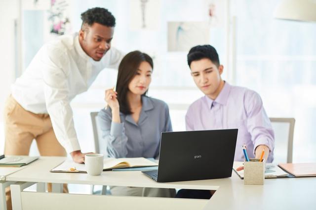 Đi cùng những đợi giãn cách xã hội, giới trẻ càng tinh gọn bàn làm việc như thế nào? - Ảnh 1.