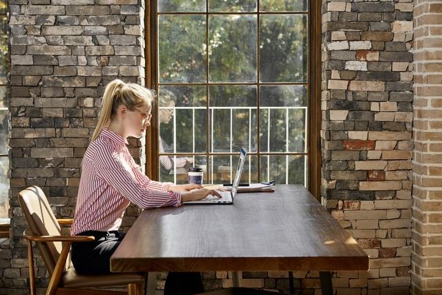 Đi cùng những đợi giãn cách xã hội, giới trẻ càng tinh gọn bàn làm việc như thế nào? - Ảnh 2.