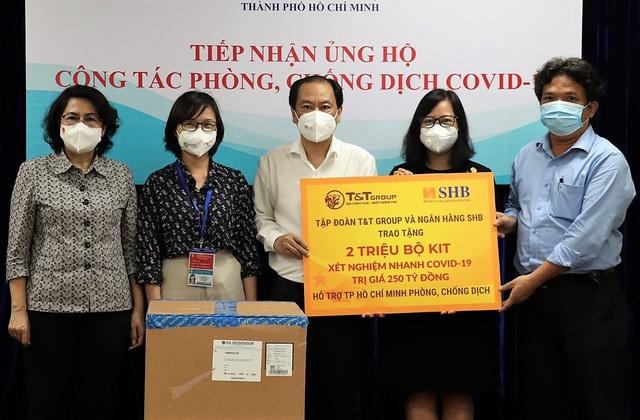T&T Group và Ngân hàng SHB trao tặng TP.HCM 2 triệu bộ kit xét nghiệm nhanh COVID-19 - Ảnh 1.