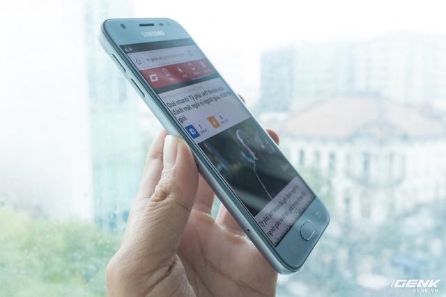 Ở góc độ này bạn sẽ thấy Galaxy J3 Pro trông không khác gì các sản phẩm cao cấp khi sử dụng màn hình cong 2,5D, tạo cảm giác trải nghiệm tốt hơn cho cầm nắm và vuốt cảm ứng.