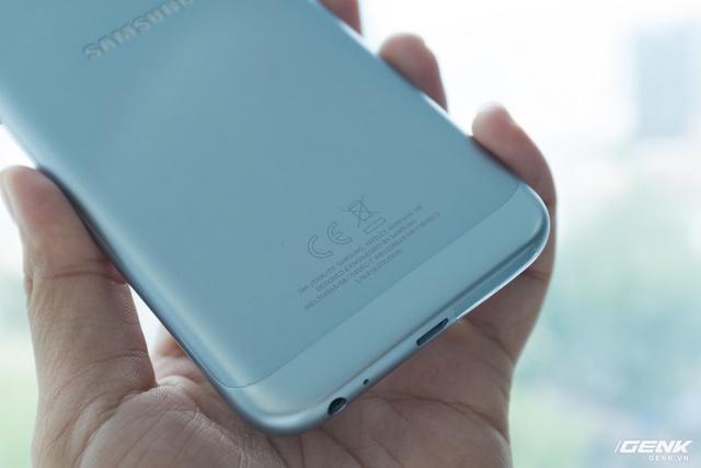 Bên cạnh đó, dải ăng-ten trên Galaxy J3 Pro được làm lại, mảnh hơn so với J7 Pro, tạo mới thêm cho thiết kế, tránh va phải sự nhàm chán và rập khuôn thường thấy ở một số sản phẩm nguyên khối bình dân trước đây.