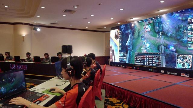 Trận đấu được truyền trực tiếp lên màn hình lớn, kèm theo bình luận sôi nổi và đầy hào hứng.