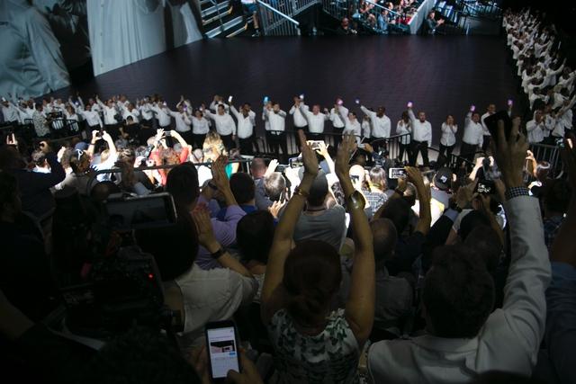 Những tràng pháo tay của người hâm mộ không ngớt vang lên trong suốt chương trình, đặc biệt là khoảnh khắc khu trải nghiệm được chính thức mở ra.