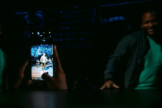 Người hâm mộ cũng tham gia trải nghiệm tính năng mới của Galaxy Note8 ngay trên sân khấu.