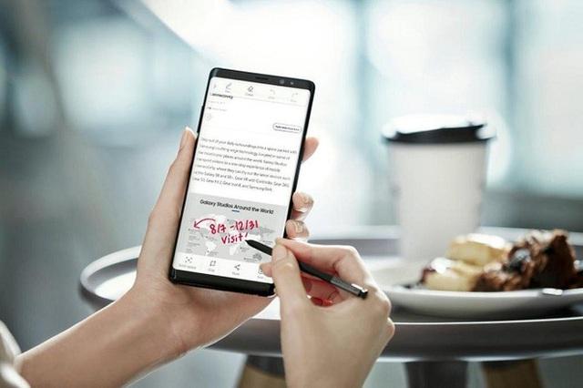 Trong lúc Samsung tận dụng diện tích mới bằng một loạt tính năng hữu ích cho bút S Pen...