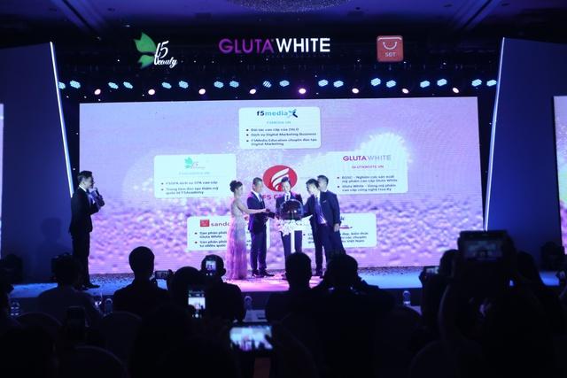 Ngày 24/9 vừa qua, nghi thức chuyển giao nhãn hiệu mỹ phẩm cấp cao Gluta White đã được diễn ra ở khách sạn 5 sao Pan Pacific Hà Nội(CEO Nguyễn Bá Hưởng đứng giữa)