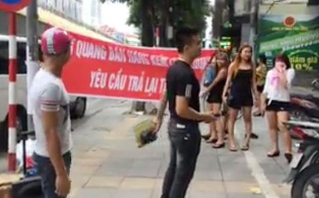 """Hình ảnh """"dàn chân dài"""" gây rối trước cửa hàng Đăng Quang Watch ngày 29/9"""