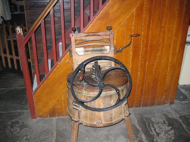 Nguyên mẫu máy giặt đầu tiên được làm từ gỗ và hoạt động bằng sức người