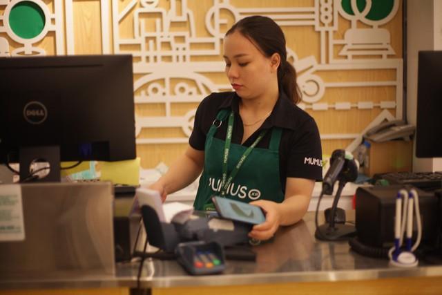 """Hay tại một cửa hàng tiện lợi: """"Nhiều người bất ngờ khi ngay tại đây cũng có thể sài Samsung Pay, không cần những chỗ sang chảnh, hiện đại - Chủ cửa hàng chia sẻ thêm."""