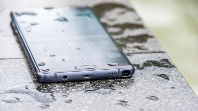 """Galaxy Note FE được trang bị công nghệ chống nước và bụi chuẩn IP68 giống như trên những dòng điện thoại đình đám nhất như Galaxy Note8 và Galaxy S8. Với khả năng """"sống sót"""" khi chìm xuống độ sâu đến nửa mét, Note FE sẽ là thiết bị lý tưởng trong những chuyến đi nghỉ mát của người dùng."""